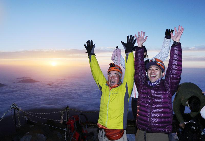 富士山頂で登山者100人がご来迎を仰ぐ
