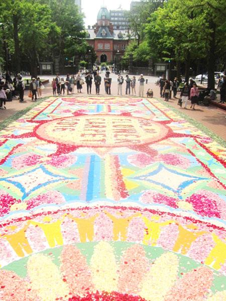 花のカーペット、テーマは「太陽と北の大地」