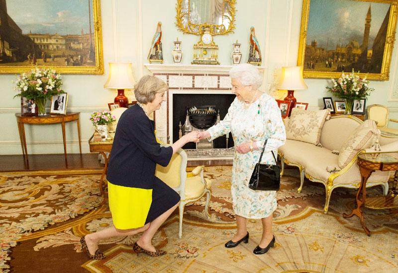 テリーザ・メイ氏、エリザベス女王に謁見