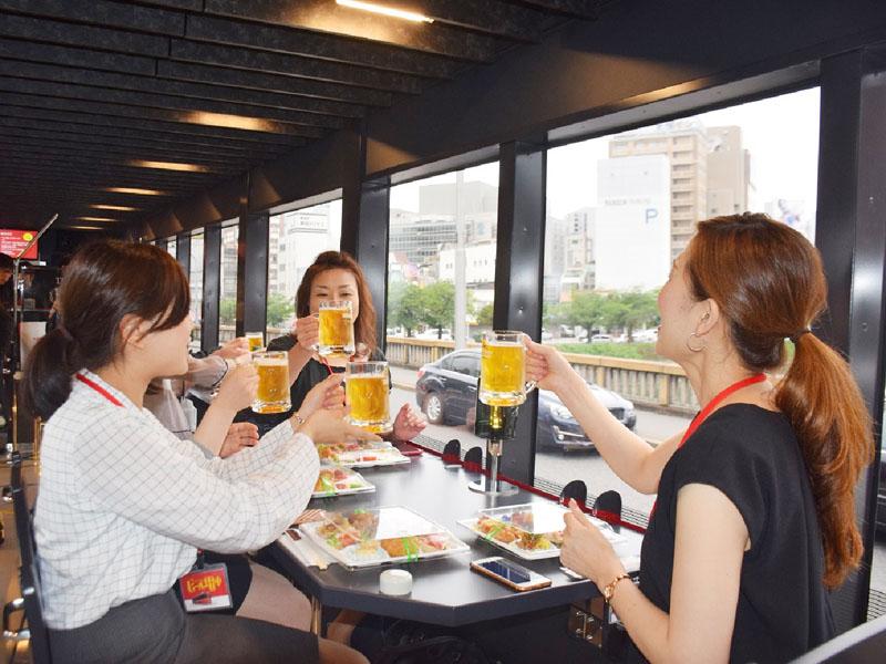 広島電鉄のビール電車「トランルージュ」が好評