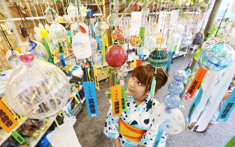 900種3万個の風鈴、涼運ぶ「川崎大師風鈴市」