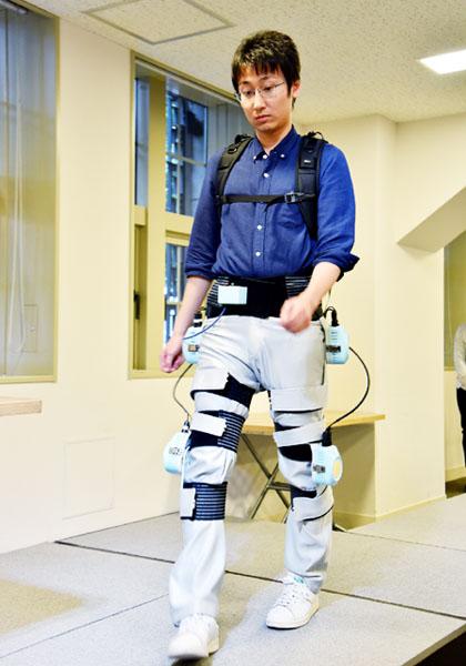 ズボンのようにはける、リハビリ支援装置開発