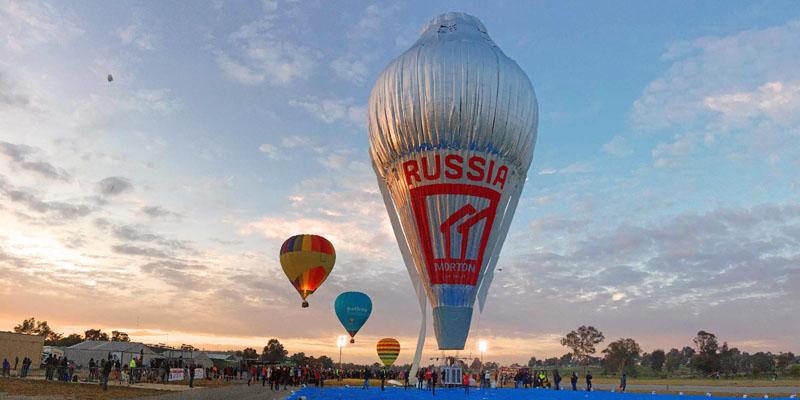 12日間、熱気球で無着陸の世界一周を果たす