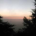 朝方4時30分ごろの東の空。山頂から見える赤々しさは一旦落ち着き、「夜明け前が一番暗い」という言葉通りの薄暗さ。
