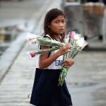 花売りの少女。外国人観光客やカップルがターゲット