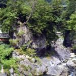 向こう岸の絶壁に鳩ノ巣由来の「水神社」がある