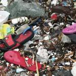 流れ着くおびただしい数のサンダル。行政は洪水対策としてビニール製の買い物袋を禁止しているが、サンダル対策も必要そうである