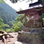 「水神社」のほこら。向こうに見えるのは鳩ノ巣小橋
