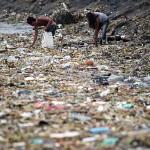 ゴミの中からお金になる資源ゴミを探すカップル