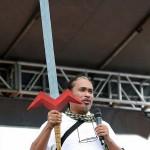フィリピンで伝説となっている日本アニメ「ボルテスⅤ」の剣を携えて演説する参会者