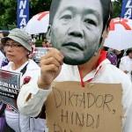 マルコス元大統領に扮して埋葬反対を訴える参加者