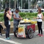 路上のトウモロコシ売り。よく見ると客はさっきジョギングしていた女性たち。消費したカロリーを早速補給