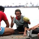 椰子の実をゲットして満足気な男性陣。写真を撮れとせがまれる