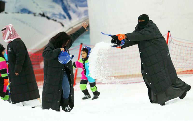 暑い砂漠の国でスキー、屋内ゲレンデが女性に人気