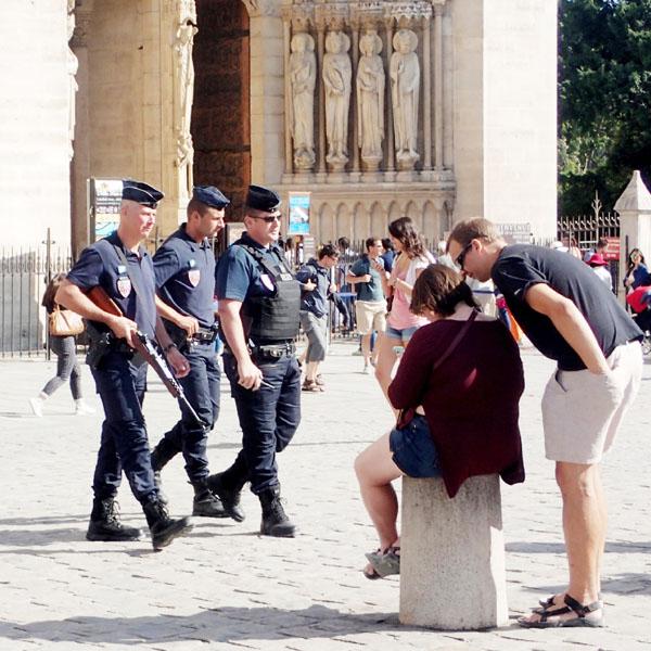 パリの日本人客半減、テロに揺らぐ観光大国