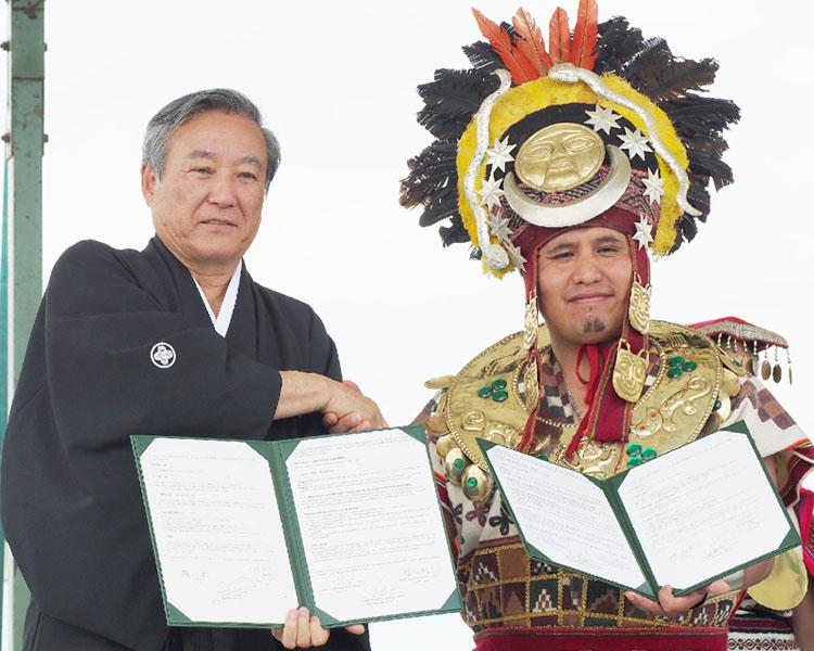 福島・大玉村の村長、羽織はかま姿で友好へ調印