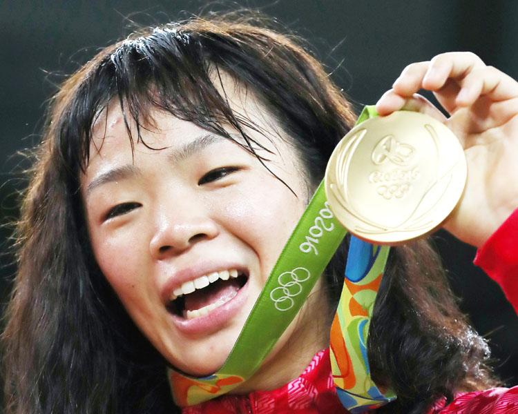 レスリング川井梨紗子選手、号泣し「ありがとう」