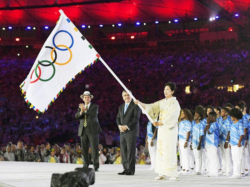 リオ五輪が閉幕、五輪旗小池都知事に手渡される