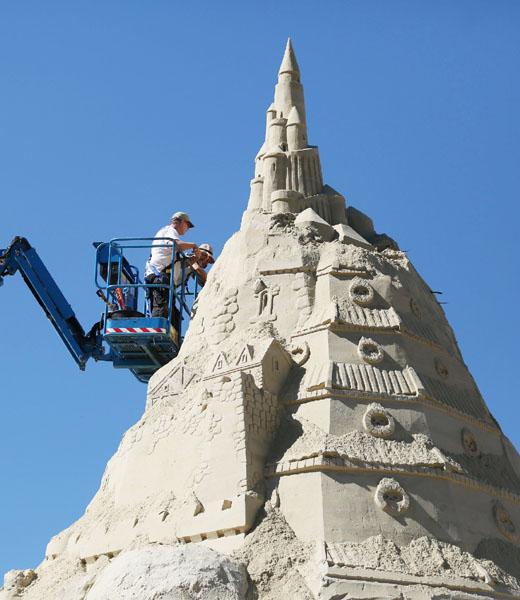 世界記録更新へ、14メートルの砂の塔目指して