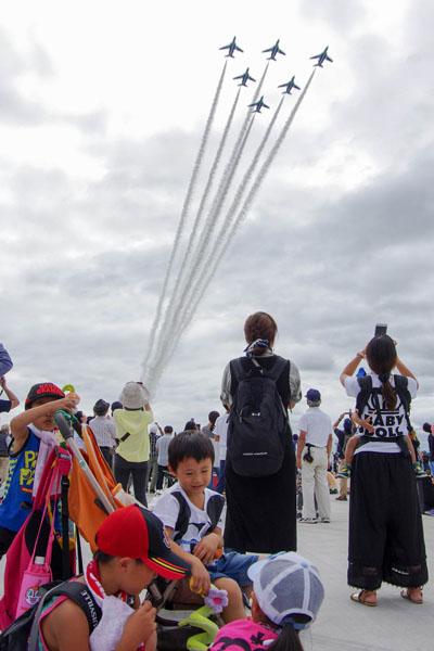 「ブルーインパルス」が大空に飛行機雲を