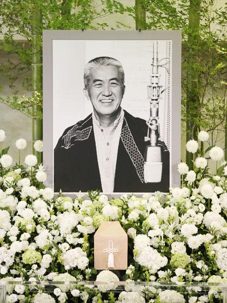 永六輔さんお別れの会、明るく笑いで見送り