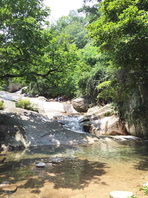韓国人が癒しのひと時を過ごす川沿い。昼食の時間になるとシートを引いて食事をしたり、花札をする登山客の姿がある。