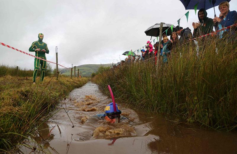 55mコースを往復、泥水をかき分けて速さを競う