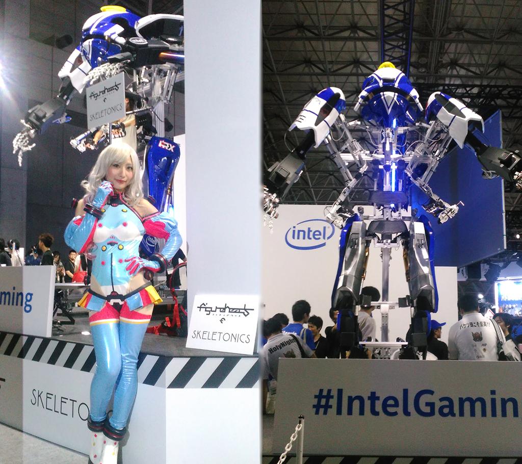 左はフィギュアヘッズコーナーのコンパニオンの方。 ゲーム内に登場するキャラクター「アイノ」のコスプレをしている。 右は搭乗者のいない時のグランソルダート。 高さは2.8メートルと大きい。