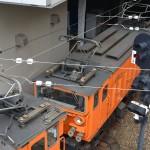 宇奈月駅横の道路から下を眺めると、トロッコ列車が発車していった。