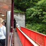 宇奈月駅を出発すると、すぐに鉄橋「新山彦橋」を渡る