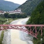 新山彦橋を渡れば、もう宇奈月駅。写っているのは古い山彦橋。かつてはここに線路があったが、今は遊歩道の一部になっている。