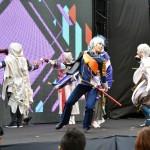 舞台プログラムの1つ、「刀剣乱舞ONLINE」のコスプレイヤーが舞う