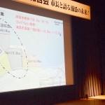 港移設修正案について説明する松本哲治市長=2015年4月21日、浦添市のてだこホール