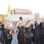 10万人を超える市民、王宮前で国王賛歌を大合唱