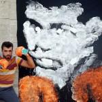 パンチで描いた故モハメド・アリ氏の壁画