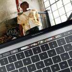 米アップル、新製品「マックブックプロ」を発売