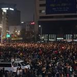 19日、韓国ソウル中心部で開かれた大規模集会で、朴槿恵大統領の退陣を求める参加者(岸元玲七撮影)