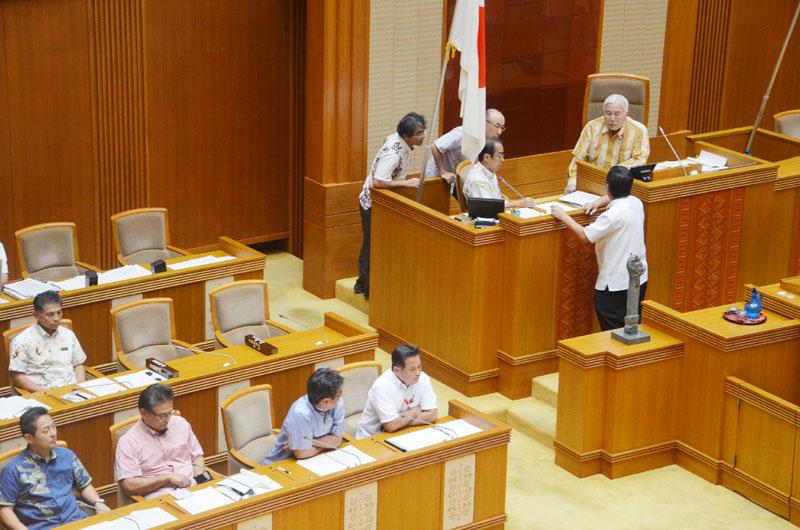 機動隊発言に対する抗議決議をめぐり一時空転した県議会=10月28日、那覇市
