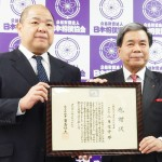 熊本県の蒲島郁夫知事から八角理事長へ感謝状