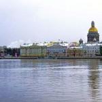 北のヴェネツィアと呼ばれる運河の都市サンクトペテルブルク。ネヴァ川岸に立ち並ぶ美しい建物。黄金のドームは聖イサアク大聖堂。黄金の塔は旧海軍省の塔。