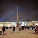 「エルミタージュ美術館」の前の宮殿広場にそびえ立つアレクサンドルの円柱。ナポレオン軍に対するロシアの勝利を記念したもの