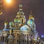 夜のライトに照らされている「血の上の救世主教会」-アレクサンドル2世が爆弾により瀕死の重傷を負った場所の上に建てられた教会
