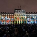 サンクトペテルブルクの立法議会の建物をスクリーンとして行われる「光のショー」-ロマノフ王朝時代の舞踏会の様子が映し出されている。