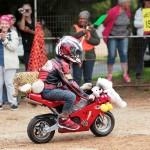 ミニバイクが疾走、ライダーは子供の味方