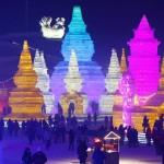 中国の氷祭り、色鮮やかにライトアップ