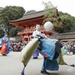 新春恒例の「蹴鞠初め」で、華麗な足さばき