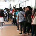 チケットを買い求めるために並ぶ人々