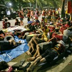 野宿で夜を明かしパレードを待つ人々