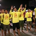 パレード前のミサで祈りを捧げる人々