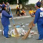 会場には野宿した人々が残した大量のゴミ